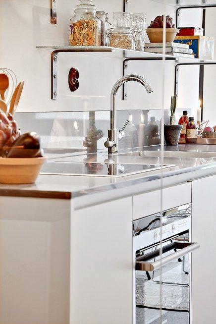 Glazen muur tussen keuken en woonkamer