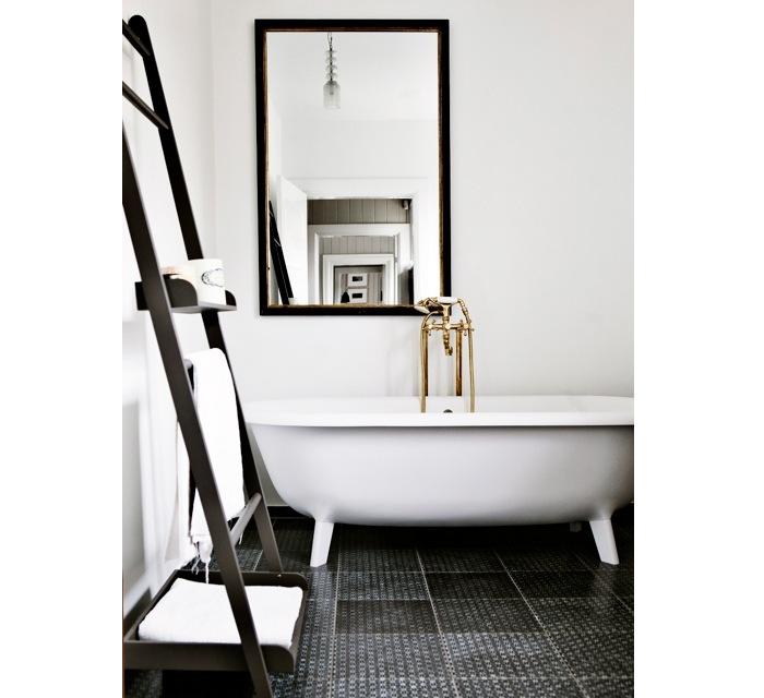 Simpele badkamer met mooi bad inrichting - Klein design badkuip ...