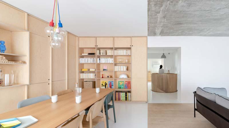 In dit stoere appartement uit Parijs vind je hele mooie berken multiplex oplossingen!