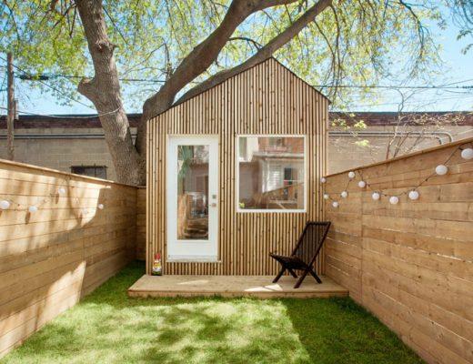 Architect heeft zijn kantoor ingericht in een houten tuinhuis van zijn tuin!