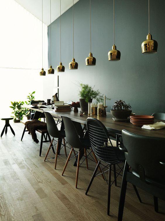 Verschillende eetkamerstoelen in dezelfde kleur combineren