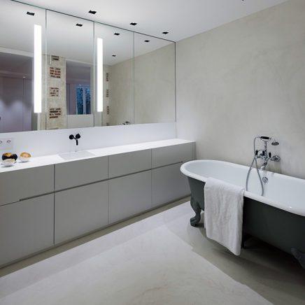Bad op pootjes in moderne badkamer