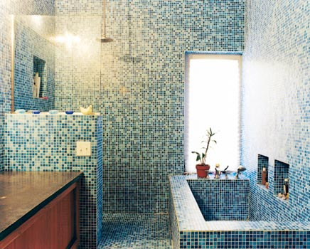 Badkamer van blauwe mozaïek tegeltjes inrichting huis