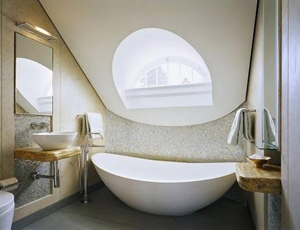 Badkamer met dakkapel