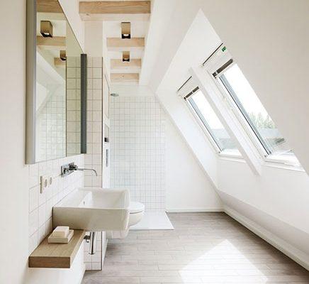 Badkamer met dakraam in schuine wand