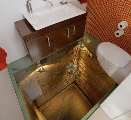Badkamer met doorzichtige glazen vloer
