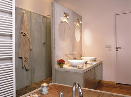 Badezimmer mit Holz und Beton