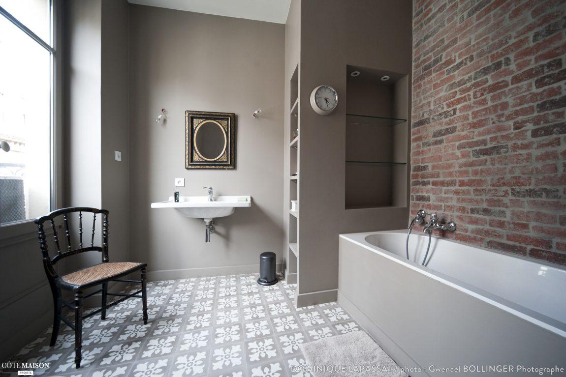 Badkamer ontwerp met een bakstenen muur