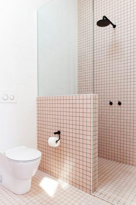 Moderne badkamer met witte en roze tegels | Inrichting-huis.com