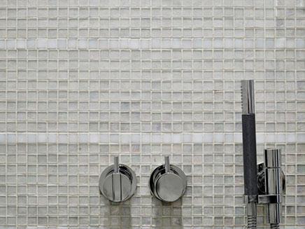Badkamer met transparante glazen moza ek tegeltjes inrichting - Mozaiek douche ...