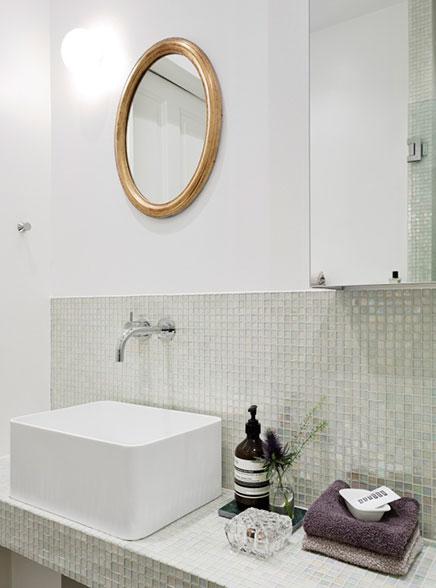Badkamer met transparante glazen moza ek tegeltjes inrichting - Badkamer betegeld ...