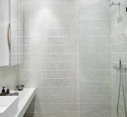 Badkamer met transparante glazen mozaïek tegeltjes