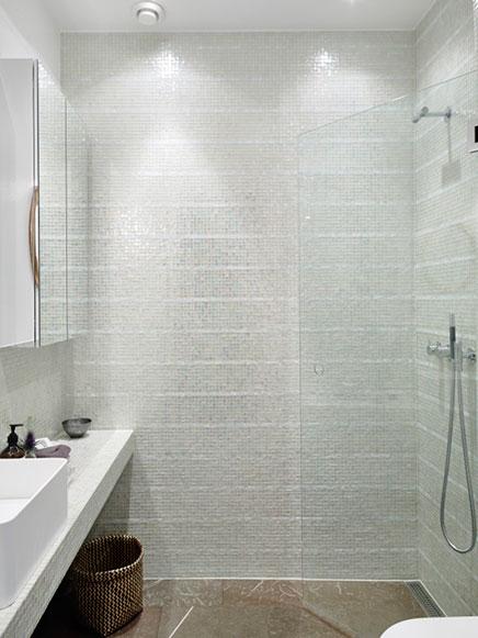 Badkamer met transparante glazen mozaïek tegeltjes | Inrichting-huis.com