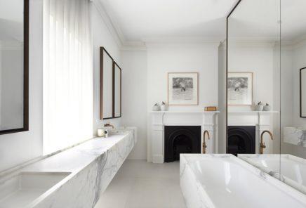 Badkamer met wit, marmer en goud | Inrichting-huis.com