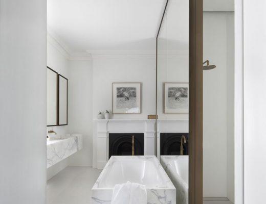 Badkamer met wit, marmer en goud