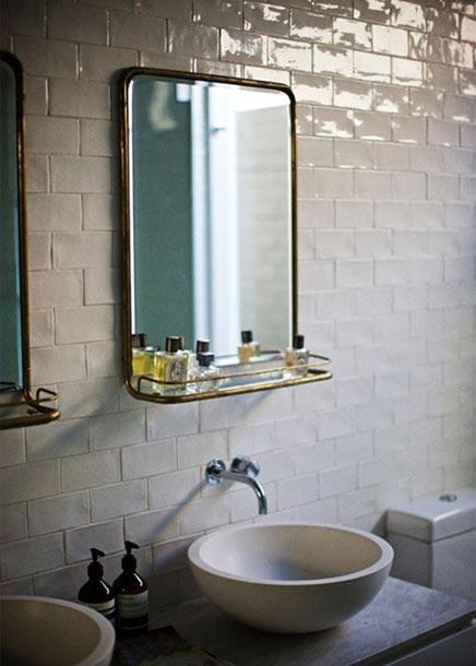 Badkamer met witte waskommen