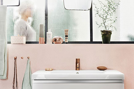 Badkamer met zwarte en roze accenten