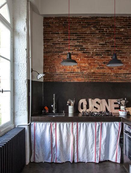 Bakstenen muur in keuken