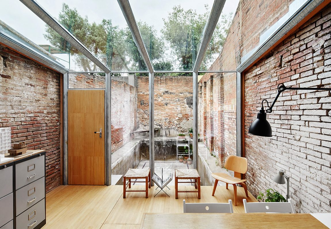 Het kantoor van architectenbureau sauquet arquitectes inrichting - Muur bibliotheek ...