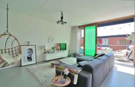 Balkon aan woonkamer met glazen schuifpui