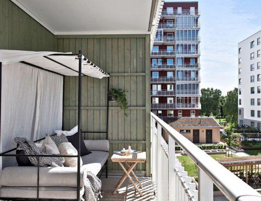 Een balkon met een hemelbed!