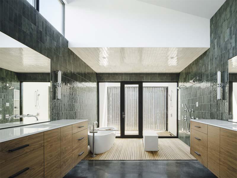 Deze luxe badkamer is ontworpen door de architecten The Ranch Mine, die een stoere cementgebonden gietvloer hebben gecombineerd met een houten vloer.