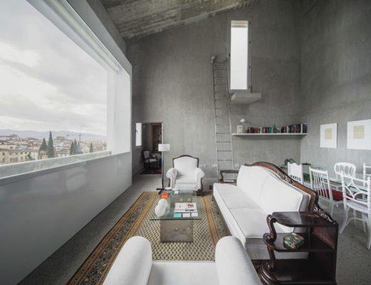 Betonnen woonkamer met een levensechte schilderij
