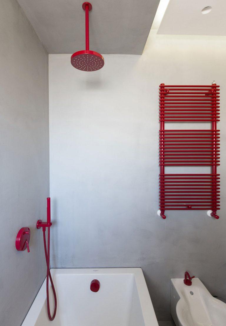 betonstuc-badkamer-rood-sanitair