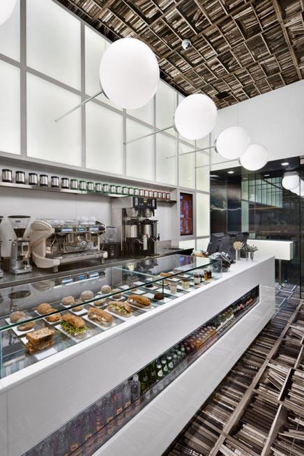 Café met bibliotheek interieur