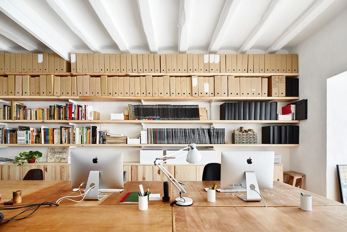 Het kantoor van architectenbureau sauquet arquitectes inrichting - Moderne bibliotheek ...