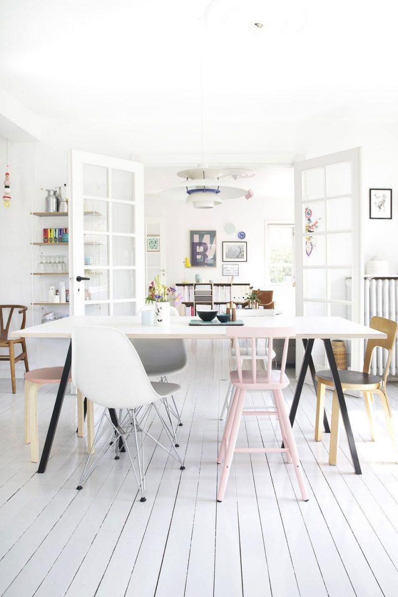 Binnenkijken in het witte kleurrijke huis van Louise & Jesper