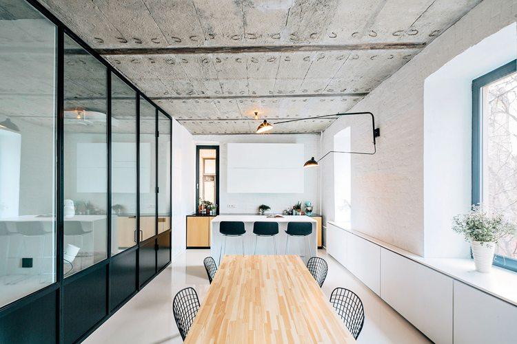 Binnenkijken in een stoer industrieel appartement uit moskou inrichting - Verriere keuken ...