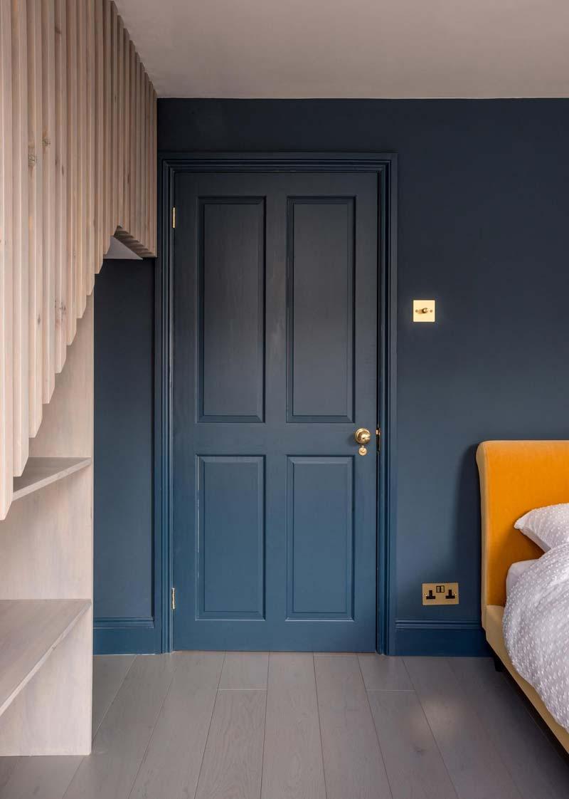 blauwe deur blauwe muur
