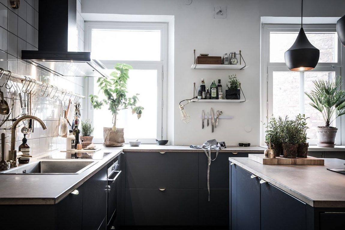 Blauwe keukenkasten dun betonnen keukenblad