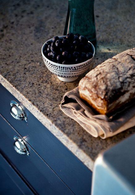 Blauwe keukenkasten met marmeren werkblad