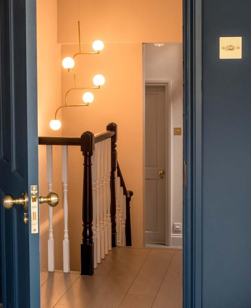 blauwe muur gouden deurgrepen