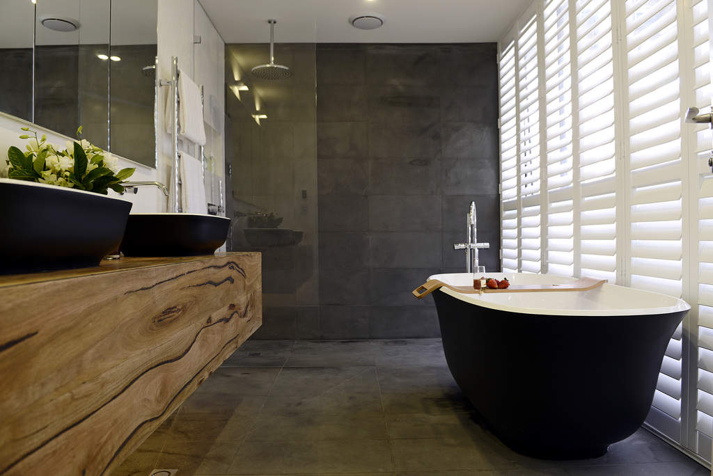 Taupe Kleurige Badkamer : Moderne bruin badkamer met badkuip stockfoto. bruin en wit hippe