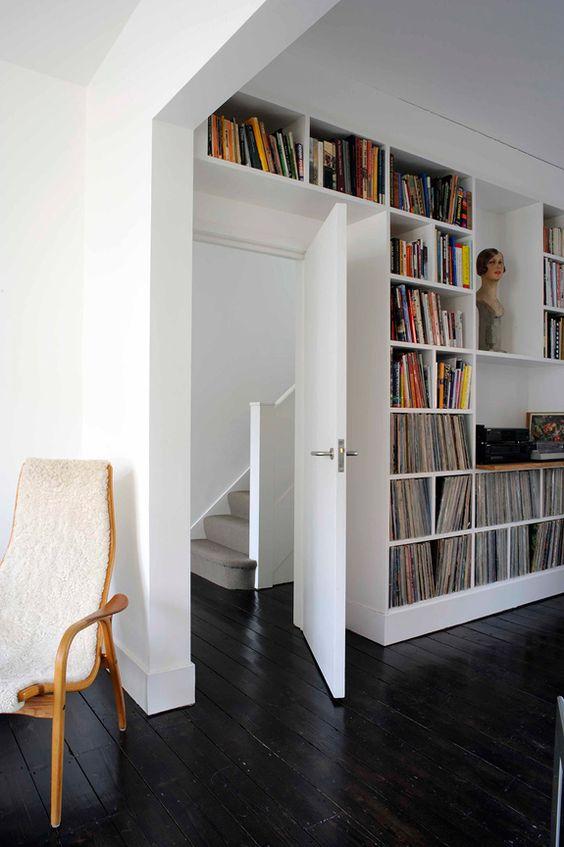 Boekenkast boven deur