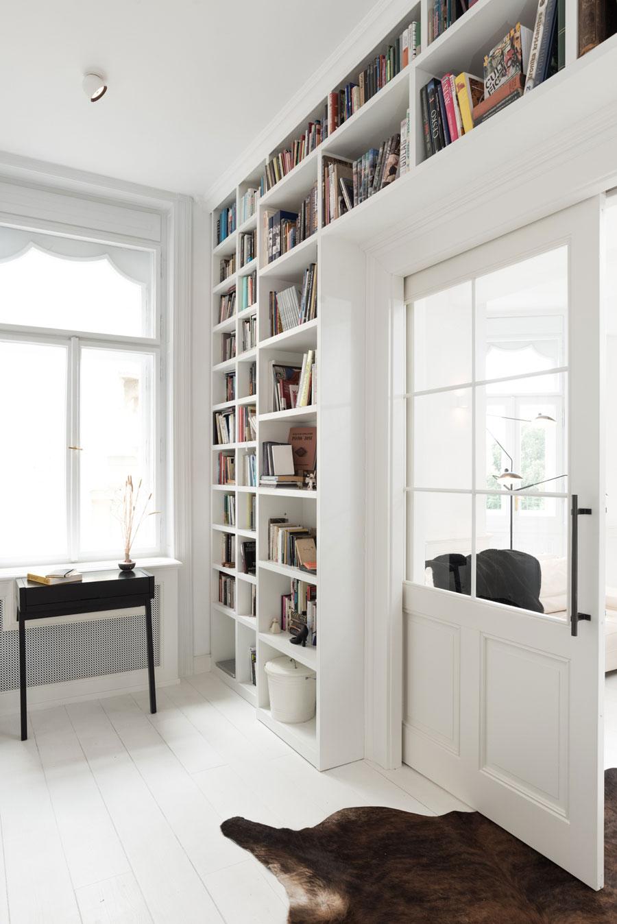 Boekenkast deur ombouw wit interieur