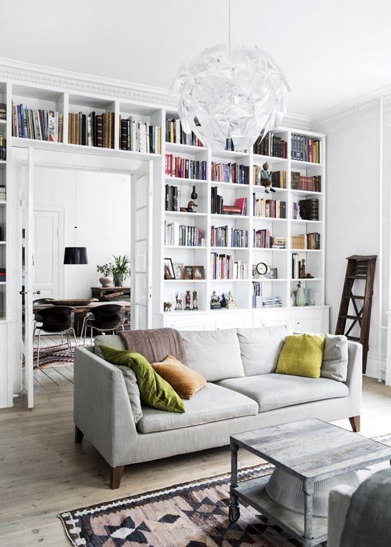 Boekenkast rondom deur in woonkamer
