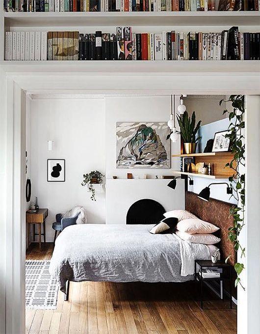 Boekenplanken boven deur in slaapkamer