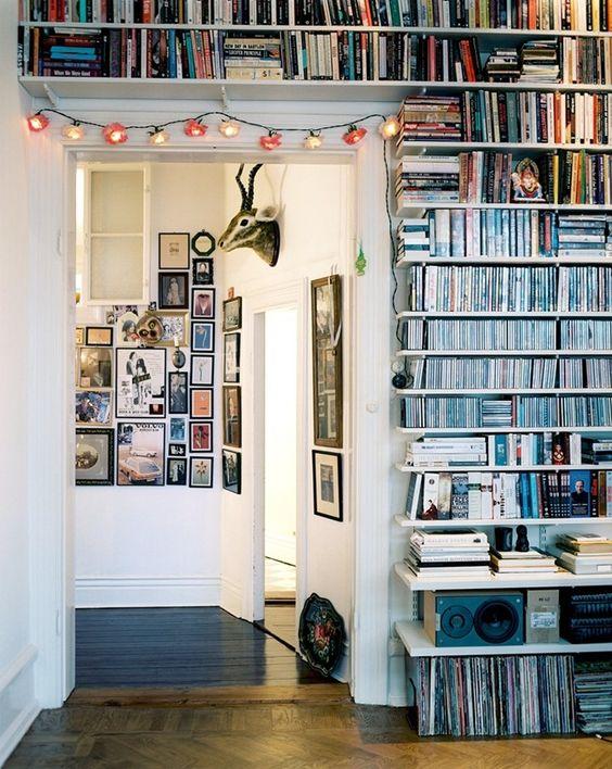 Boekenplanken boven deur