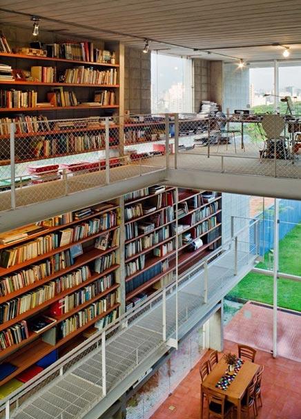 Braziliaans huis met een mega bibliotheek inrichting - Muur bibliotheek ...