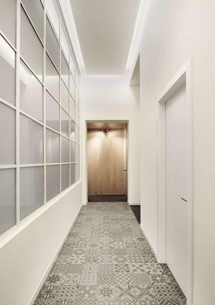 speelt ook een belangrijke rol in het interieur. De houten keukenwand ...