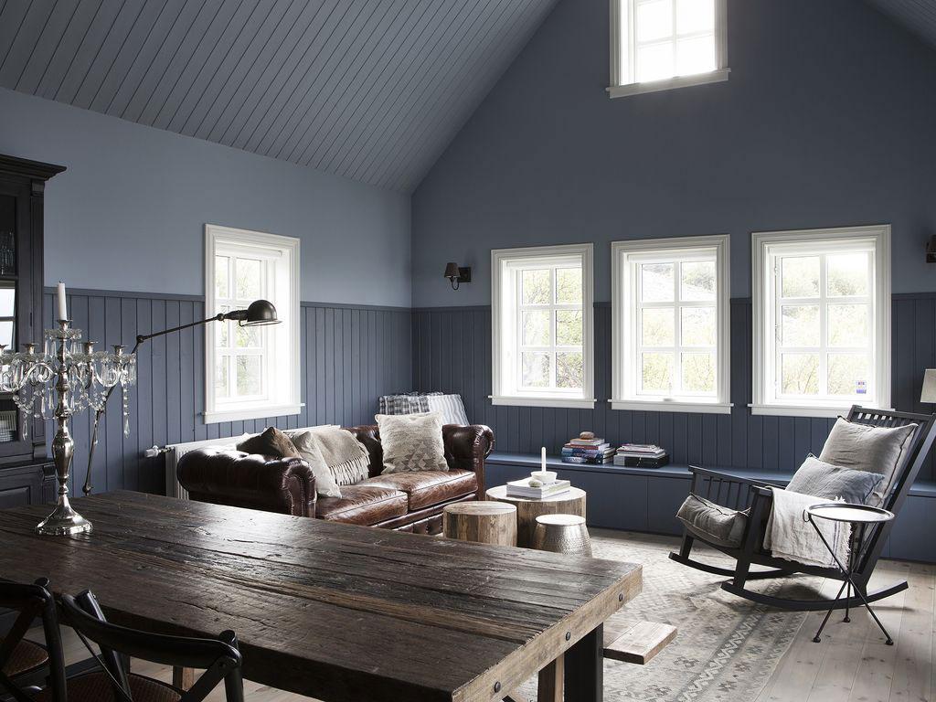 Chesterfield bank houten vloer en blauwe muren