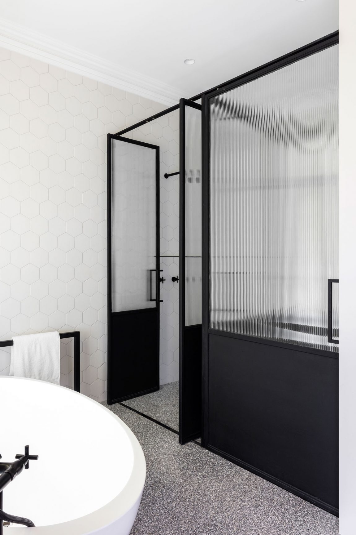 Chique ruime badkamer met niveauverschil