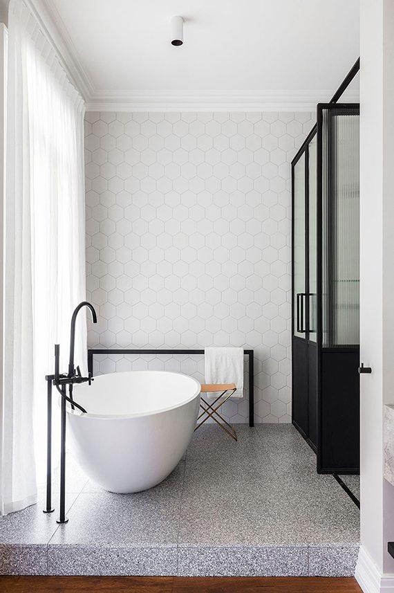 Chique ruime badkamer met niveauverschil | Inrichting-huis.com
