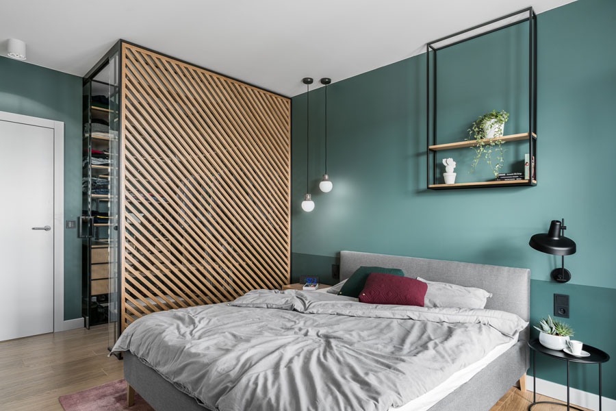 Compacte inloopkast binnen in de nis van de slaapkamer