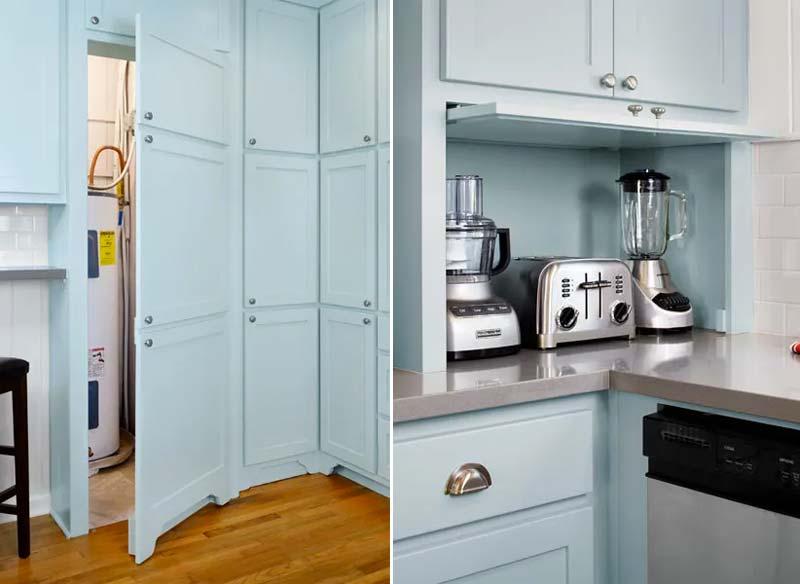 In deze keuken zijn heel veel handige opbergruimtes gecreëerd, waarmee je verschillende dingen heel mooi kunt wegwerken, zoals keukenapparatuur, kruidenpotjes, en ook de grote CV ketel en de stofzuiger.