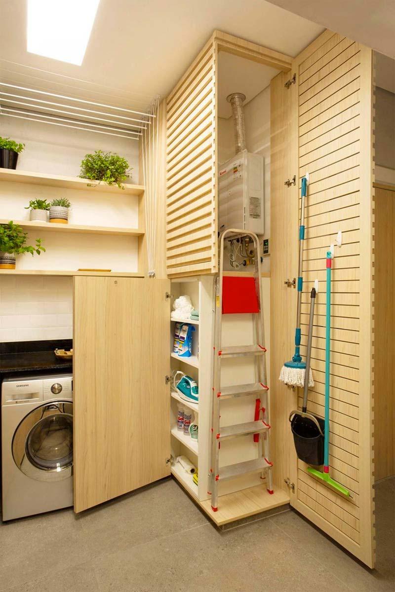 De ontwerpers van interieur- en architectenstudio Hobjeto Arquitetura heeft in deze bijkeuken een super mooie maatkast gemaakt voor het wegwerken van de cv ketel, en biedt tevens ook kastruimte voor het opbergen van andere spullen die je niet in het zicht wilt hebben. Denk bijvoorbeeld aan de bezem, de dweil, schoonmaakmiddelen, de ladder, noem maar op. Handig!